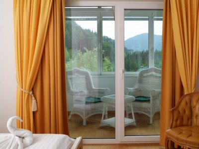 Doppelzimmer mit verglastem Wohnbalkon Hotel Fernsteinsee