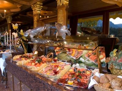 Hotel Schloss Fernsteinsee reichhaltiges Frühstücksbuffet