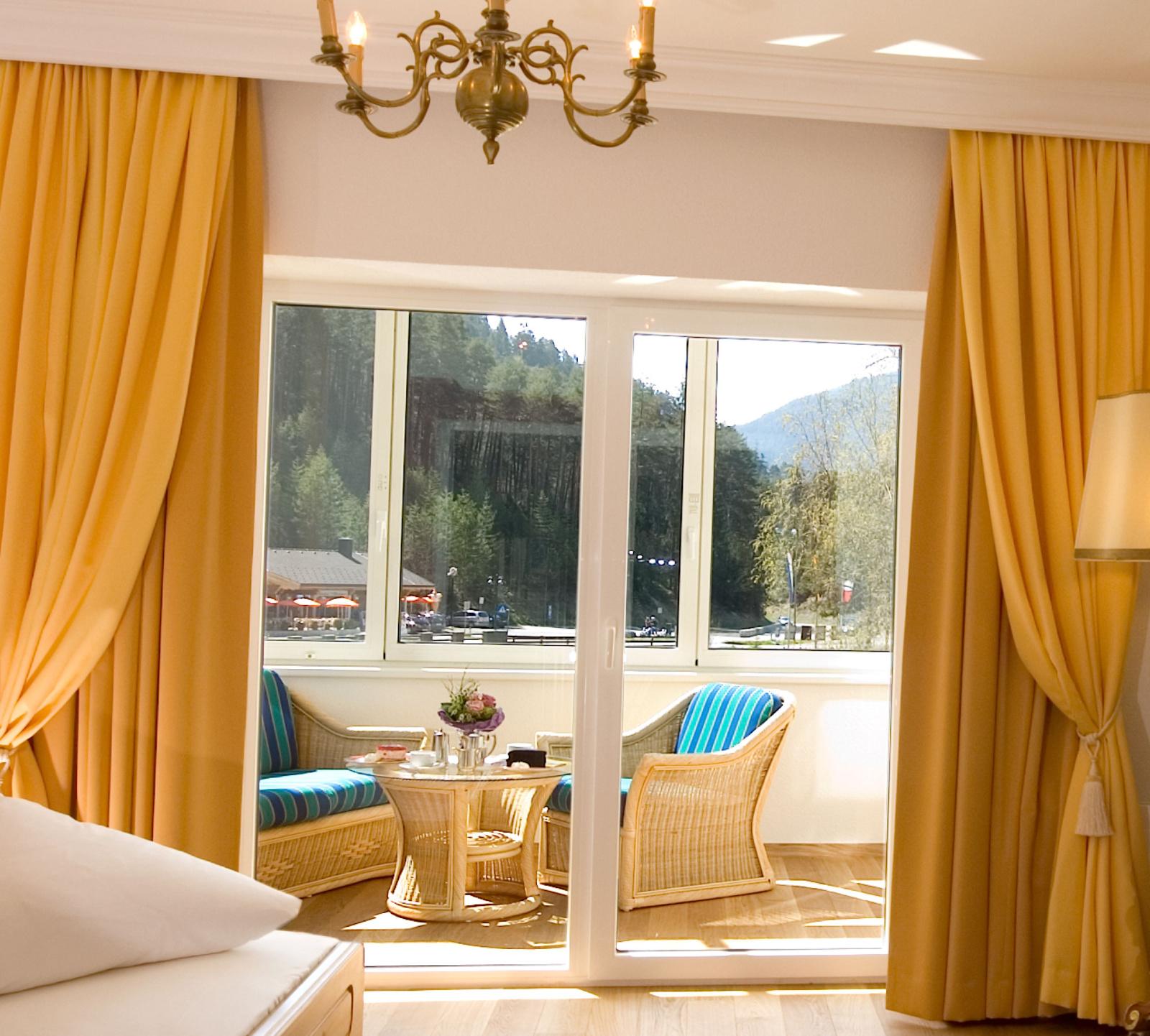 Hotel Schloss Fernsteinsee Wohnschlafzimmer mit verglastem Wohnbalkon